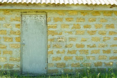Photo pour Plein air vieille façade blanche fermée porte sur fond de coquilles écologique brique mur jaune, espace copie. - image libre de droit