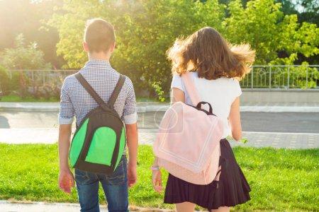 Foto de Los niños adolescentes volver a la escuela, ver. Al aire libre, adolescentes con mochilas - Imagen libre de derechos