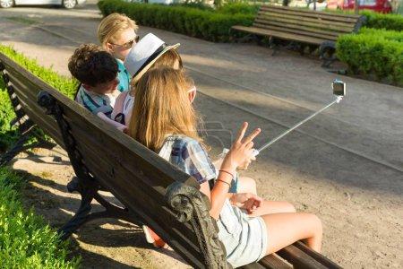 Photo pour Groupe de jeunes s'amuse ensemble à l'extérieur en contexte urbain. Été vacances, éducation, teenage concept - image libre de droit