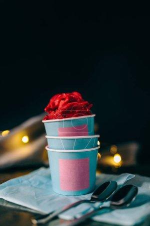 Photo pour Sorbet de baies dans les gobelets en papier - image libre de droit