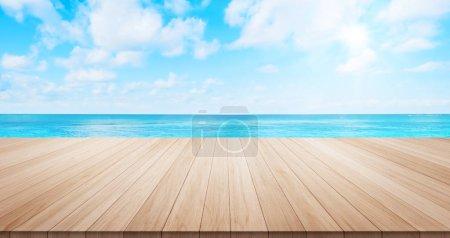 Photo pour Plateau en bois vide sur la mer bleue sous le lever du soleil et le matin fond du ciel lumineux pour l'affichage ou le produit de montage - image libre de droit