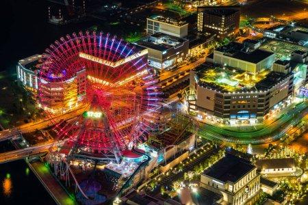 Photo pour Concept d'affaires asiatique pour l'immobilier et la construction d'entreprise - vue aérienne panoramique de la ville moderne la nuit à Yokohama, Japon . - image libre de droit