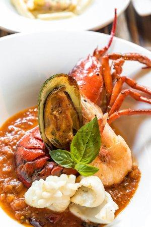 Photo pour Pastis Grillé Queues de homard coupées en deux avec calamars de moules - image libre de droit