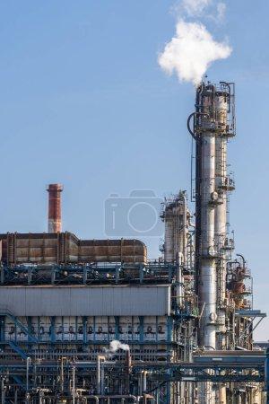 Photo pour Usine pétrochimique avec stockage de gaz et structure du pipeline avec fumée de cheminée dans la ville de Kawasaki près de Tokyo Japon - image libre de droit