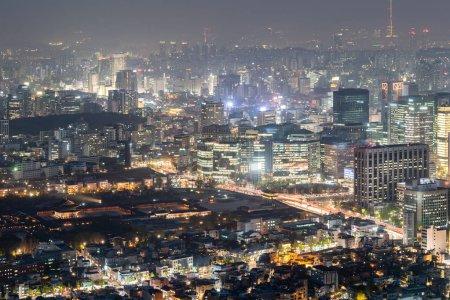 Foto de Vista aérea de la puesta de sol y noche de Seúl centro ciudad con la torre de Seúl en Corea del sur - Imagen libre de derechos