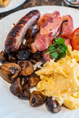 Photo pour Petit déjeuner anglais complet sur la table avec café - image libre de droit