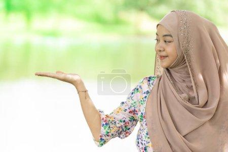 Porträt von gut aussehenden glücklichen jungen Teenager muslimischen islamischen asiatischen Universitätsmädchen