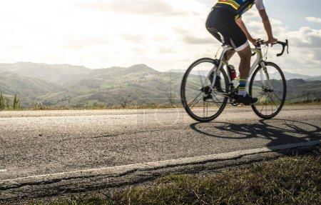 Photo pour Sport cycliste sur route. Soleil Rayons et ombres de la moto sur la route. Cyclisme extérieur . - image libre de droit