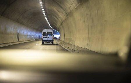 Foto de Autobús que viaja en túnel. Luces de túnel . - Imagen libre de derechos