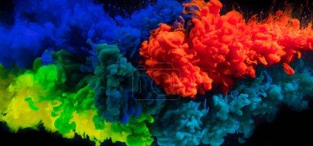 Farbige Tinten in Wasser auf schwarzem Hintergrund. abstrakter farbiger Hintergrund