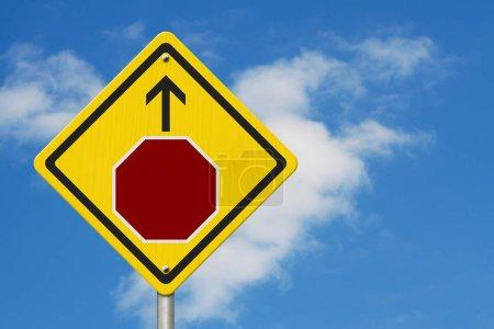 Photo pour Panneau d'arrêt avant AVERTISSEMENT signe, icône d'un panneau d'arrêt avec et la flèche sur un signe de route jaune avec fond de ciel - image libre de droit