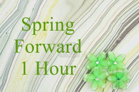 Photo pour Printemps avant 1 heure DST message fleurs vertes sur papier aquarelle texturé - image libre de droit