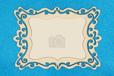 Photo pour Cadre photo en bois sur fond bleu paillettes avec espace de copie pour votre message - image libre de droit