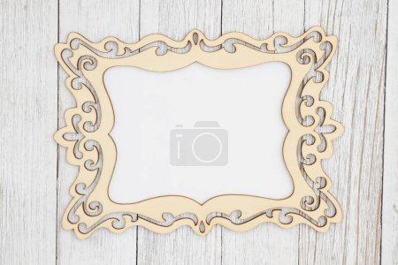 Photo pour Cadre photo en bois sur fond de bois texturé de blanchisserie à la chaux altéré avec espace de copie pour votre message - image libre de droit