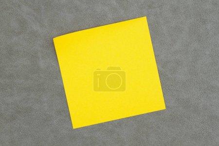 Photo pour Note autocollante vierge sur cuir gris texturé que vous pouvez utiliser comme modèle pour votre message - image libre de droit