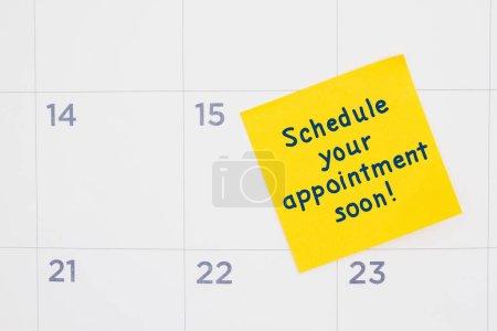 Photo pour Prendre rendez-vous bientôt message jaune collant note sur un calendrier - image libre de droit