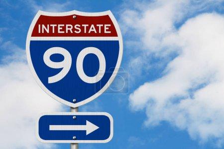Photo pour I-90 Interstate États-Unis rouge et bleu panneau routier avec fond ciel - image libre de droit