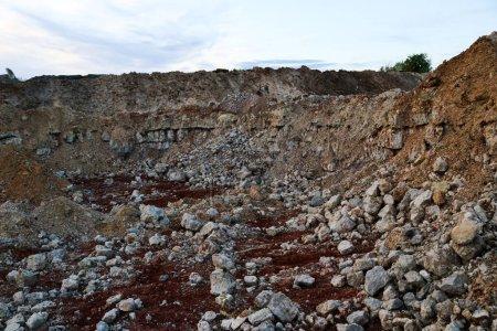 Photo pour Textures of various clay layers underground in clay carry after geological study of the soil. couches colorées d'argile et de pierre dans la section de la terre, différentes formations rocheuses et couches de sol. - image libre de droit
