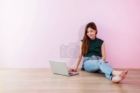 Photo pour Jeune femme travail ou études sur ordinateur portable souriant - image libre de droit