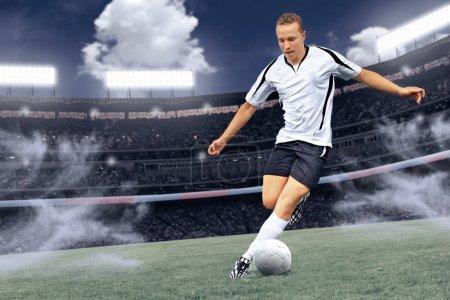 Photo pour Scènes d'un match de football avec un joueur masculin - image libre de droit