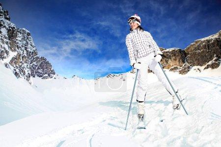 Photo pour Une jeune femme skie dans les Alpes. Un tournage extérieur . - image libre de droit