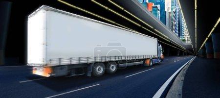 Photo pour Un camion sur la route, une image symbolique pour le fret et le transport - image libre de droit