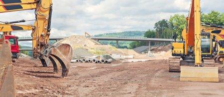 Photo pour Construction d'un tronçon autoroutier - image libre de droit