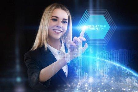 Photo pour Le concept de business, technologie, Internet et le réseau. Un jeune entrepreneur travaillant sur un écran virtuel de l'avenir et voit l'inscription: propriété intellectuelle - image libre de droit