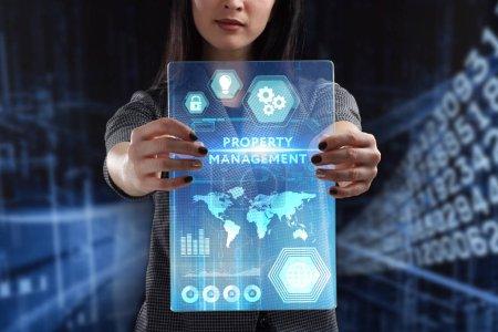 Photo pour Le concept de business, technologie, Internet et le réseau. Un jeune entrepreneur travaillant sur un écran virtuel de l'avenir et voit l'inscription: gestion immobilière - image libre de droit