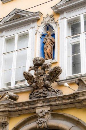 Photo pour Emblème de l'aigle impérial sur la construction dans le centre historique . - image libre de droit