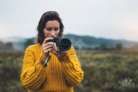 Photo pour Photographe voyageur prendre la photo sur caméra vidéo gros plan sur fond automne grenouille montagne, touriste tir nature brouillard paysage extérieur, concept copier espace maquette - image libre de droit