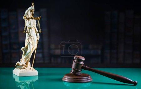 Photo pour Symboles de la loi une justice. Image conceptuelle - image libre de droit