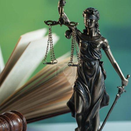 Photo pour Notion de droit et la Justice. Mallet de la juge, les livres, les échelles de la justice. Thème de la salle d'audience. - image libre de droit