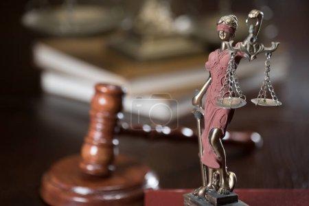 Photo pour Marteau de juge et de la balance de la justice - image libre de droit