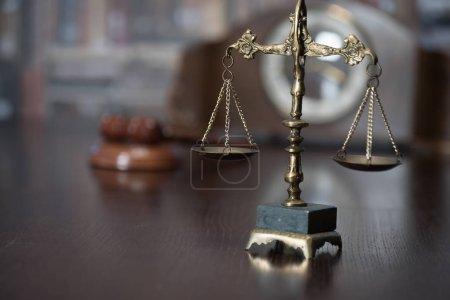 Photo pour Symboles de la loi dans le Bureau du Procureur - image libre de droit