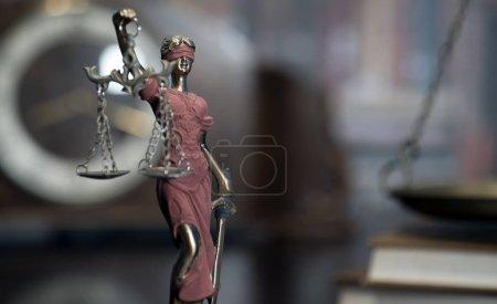 Photo pour Salle de bureau des avocats avec les échelles de la justice, marteau et vieux livres de droit en arrière-plan - image libre de droit