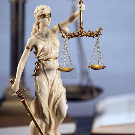 Photo pour Salle de bureau d'avocats avec la balance de la justice, marteau et ancienne loi livres en arrière-plan - image libre de droit