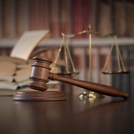 Photo pour Salle de bureau d'avocats avec la balance de la justice et le marteau en bois - image libre de droit