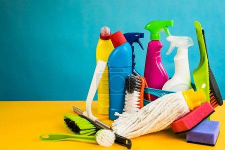 Photo pour Concept de nettoyage de maison. Divers produits de nettoyage, lieu de typographie - image libre de droit