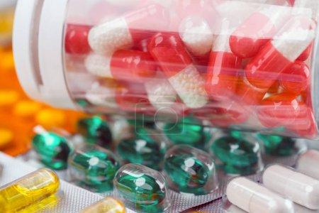 Photo pour Gros plan des pilules colorées pour le traitement . - image libre de droit