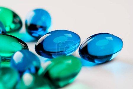 Foto de Primer plano de píldoras de colores para el tratamiento . - Imagen libre de derechos
