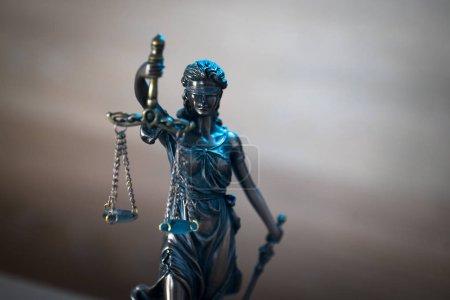Photo pour Statue de la déesse aveugle Thème sur fond flou - image libre de droit