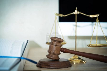 Photo pour Droit et justice, juge marteau avec écailles sur fond flou . - image libre de droit