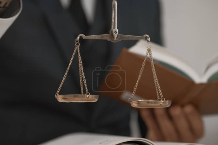 Photo pour Juge assis à une table en bois travaillant dans son bureau. - image libre de droit