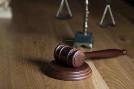 Photo pour Droit et Justice, Juge marteau avec écailles sur table en bois . - image libre de droit