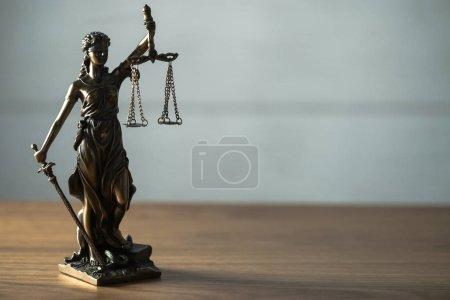 Photo pour Nature morte de la Déesse Aveugle Thématique avec des échelles - Droit et Justice symbole sur la table - image libre de droit