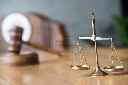 Photo pour Échelles rapprochées du bilan, bilan pondéral. Droit et justice concept - image libre de droit