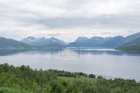 Photo pour Vue pittoresque du lac près des montagnes enneigées par une journée ensoleillée - image libre de droit