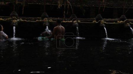 Photo pour Les gens dans l'eau du Temple Tirta Empul, Indonésie - image libre de droit