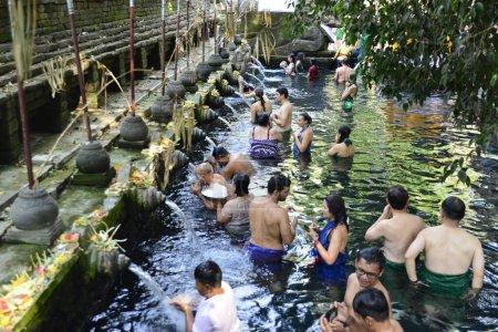 Photo pour Bali, Indonésie - 29 octobre 2019 : Une belle vue sur Tirta Empul, les gens dans le temple de l'eau de la source sainte. - image libre de droit